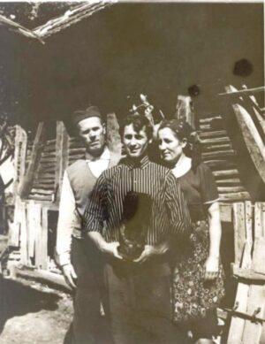 1960. Milan sa roditeljima i skulpturom ispred ambara