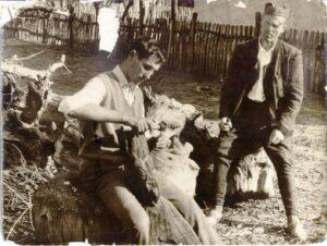 1961. Otac posmatra rad sina u dvorištu