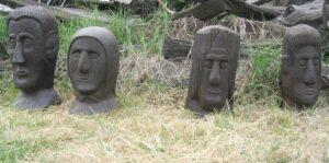 2005. Glave na travi